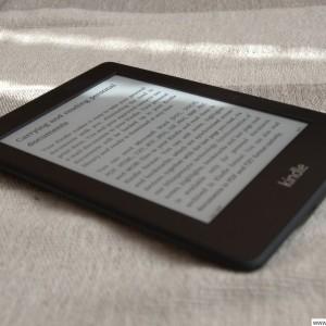 Osvícení displeje Kindle Paperwhite v místnosti se skoro absolutní tmou .-)