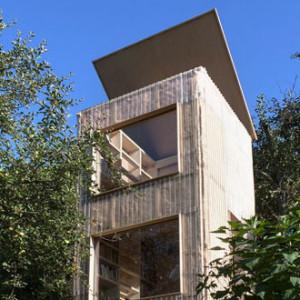 Luxusní atypická knihovna v zahradě od českého studia